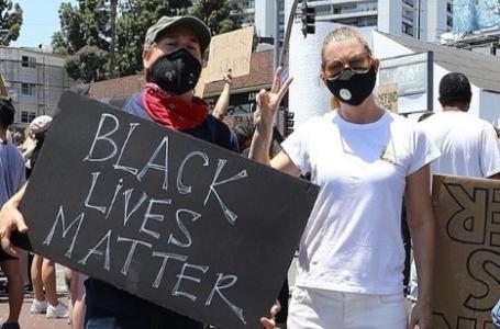 Ellen Pompeo e T.R. Knight alla protesta del movimento Black Lives Matter (Video)